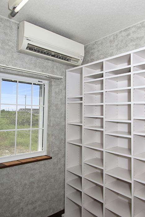 エアコンと大きな棚が完備されています。