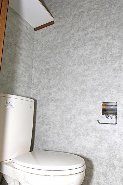 壁紙が統一されたシンプルなトイレです。