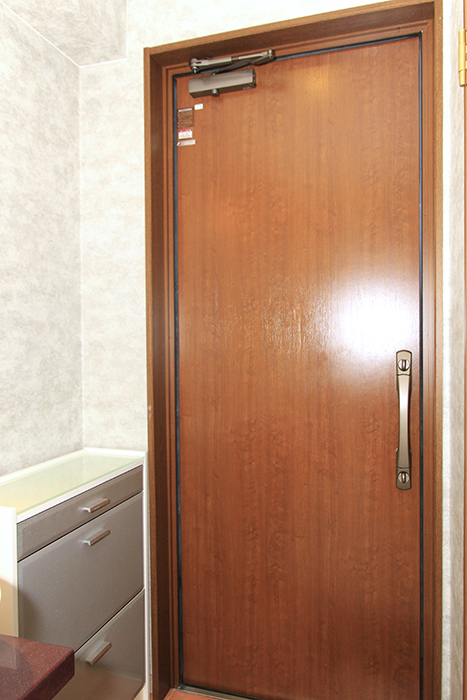 暖かみのあるブラウンの素敵なドア。