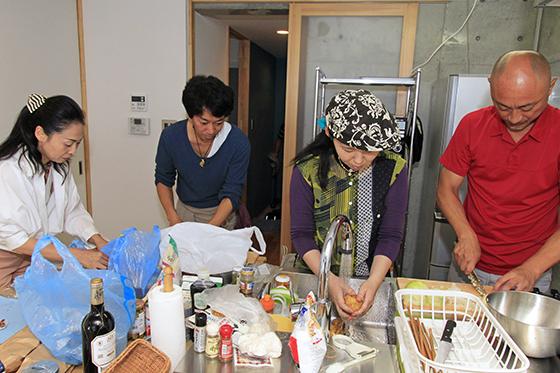並んで料理の仕込みをしてもぶつからない快適なキッチン_MG_6599
