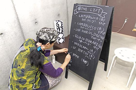 書き終えたワインリストにイラストで装飾を施します!_MG_6841