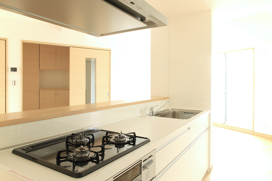 Cタイプのアイランド型キッチンスペースからリビングスペースを見渡したところ_MG_8342