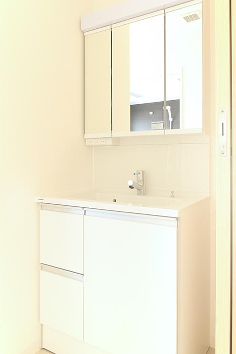 洗面化粧台は、3面鏡つきで750mmとゆとりのサイズ_MG_8501