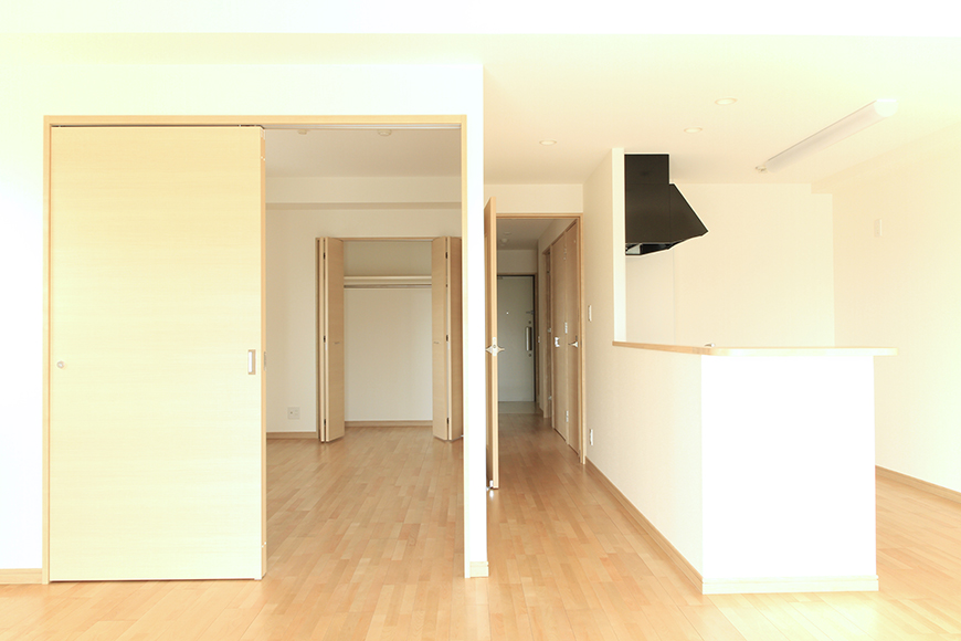 Aタイプのリビングから洋室、廊下、キッチンをみたところ_MG_8537