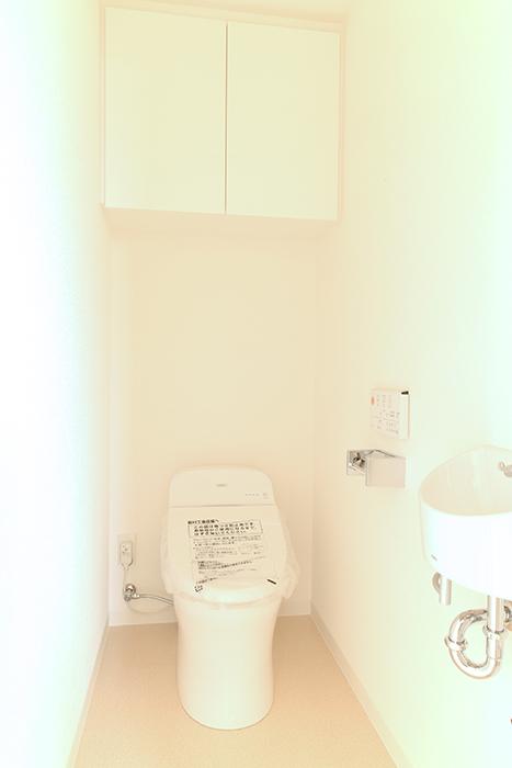 トイレは、もちろん、温水洗浄暖房機つきです!! しかも、タンクレスですっきりおしゃれです_MG_8549