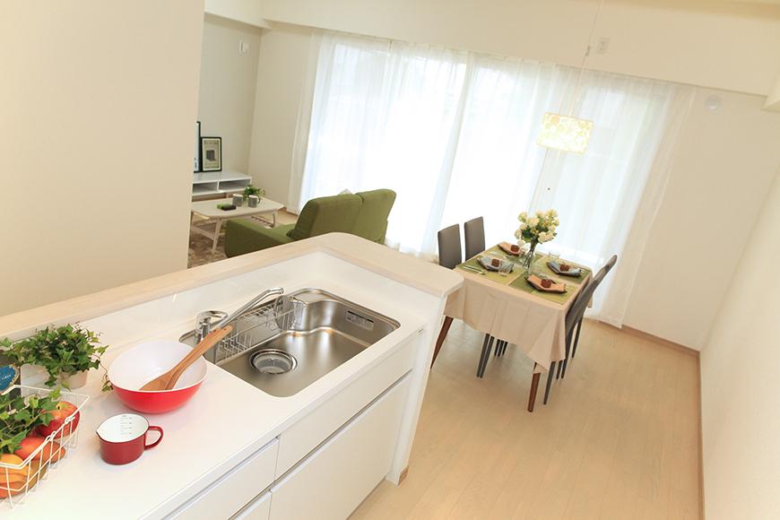 キッチンからダイニングスペースへの使いやすい動線_MG_8645