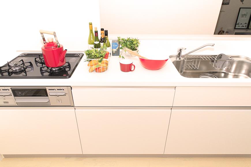 調理スペースも十分な3つ口コンロの大型システムキッチン_MG_8718