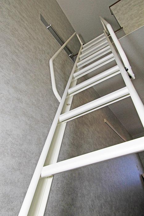 ロフトは洋室のこちらのハシゴ階段から上がれます。