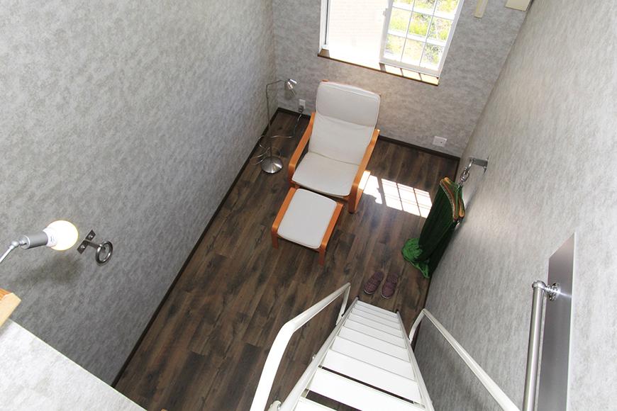 ロフトから眺める7.1帖の洋室。窓から差し込む日差しと共に_MG_9832