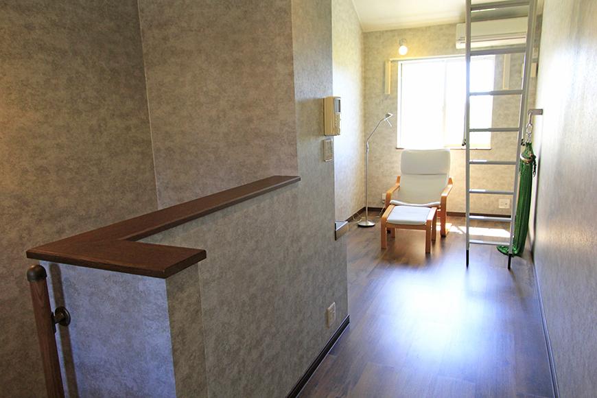 階段を上ると、窓から光が降り注ぐ7.1帖の洋室があります。