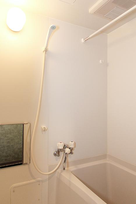 シンプルなバスルームは使い勝手良し_MG_9943