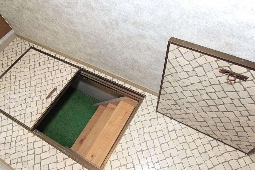 廊下にある扉を開くと地下収納が。