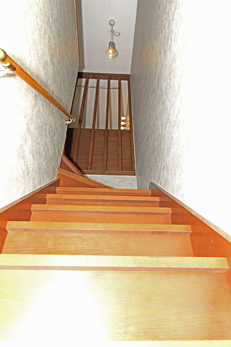 手摺のついた2階へ続く階段です。