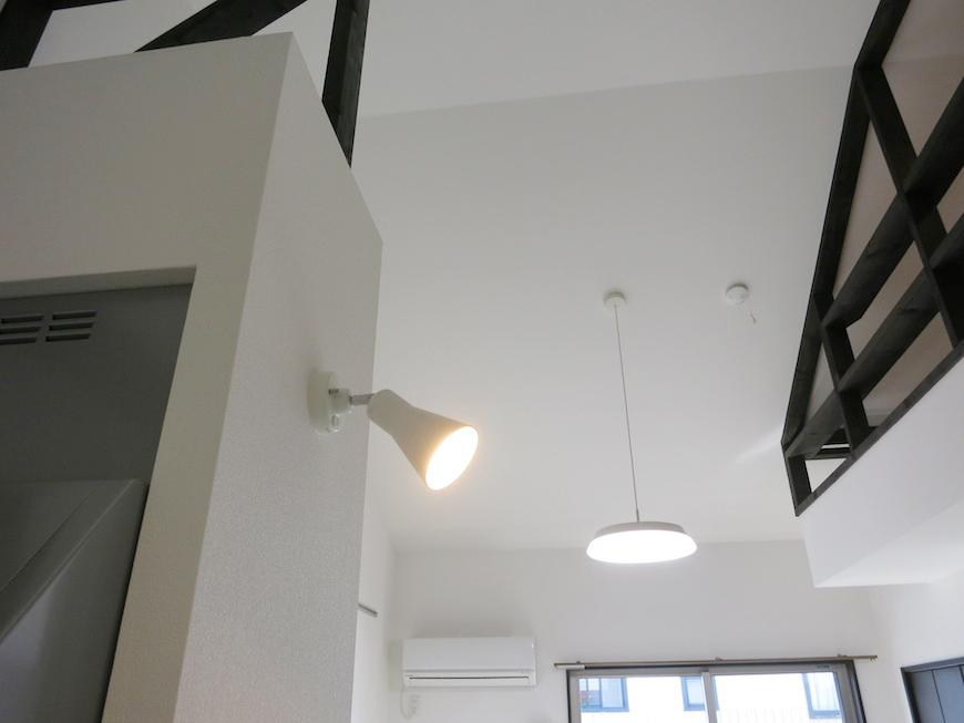 スポットライトに照らされたホワイトとダークブラウンが洒落た空間を演出してくれます。