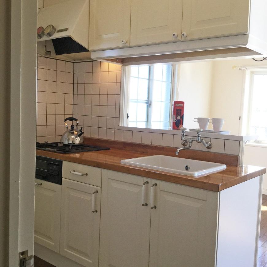 1フロアー2室なので、こちらのお部屋にもキッチンに小窓があります。