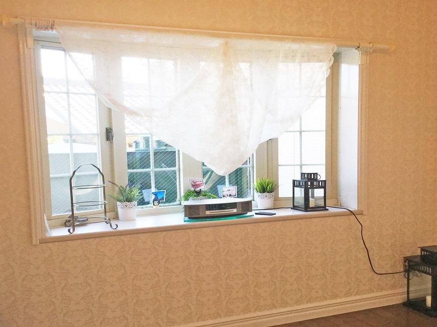 出窓にはグリーンやお花を飾ったり、BGMを流したり ♪