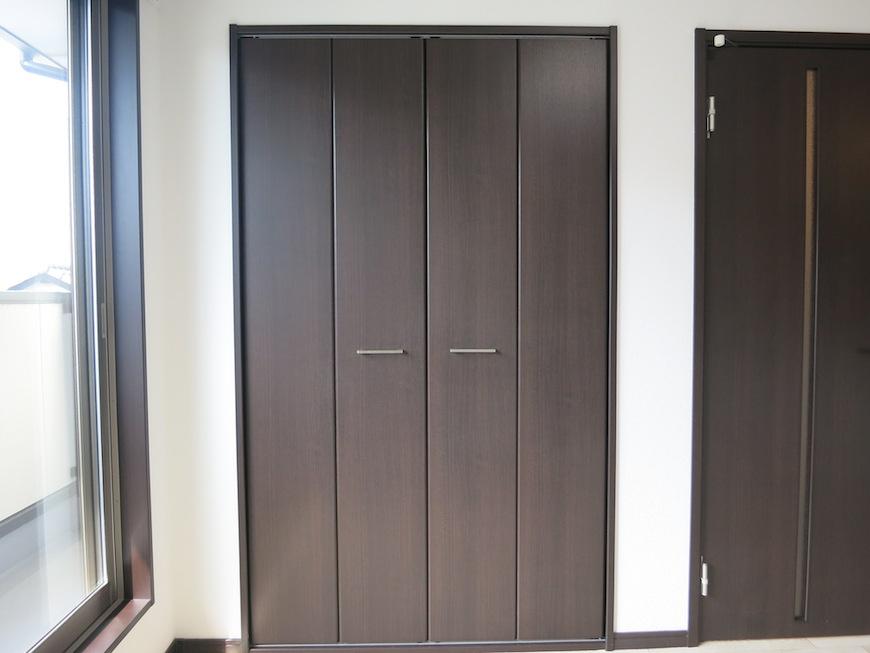 ダークブラウンの扉の大きなクローゼット。