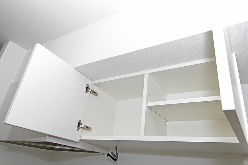 キッチンの頭上の棚は一人暮らしには充分な大きさ_MG_8495