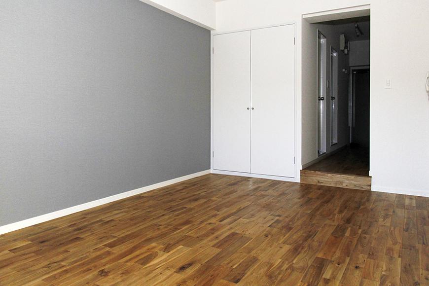 部屋片側の壁のグレーが効いています_MG_8521