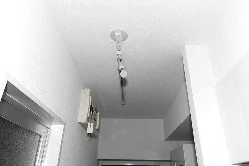 玄関からの廊下の照明もレール式です_MG_8604