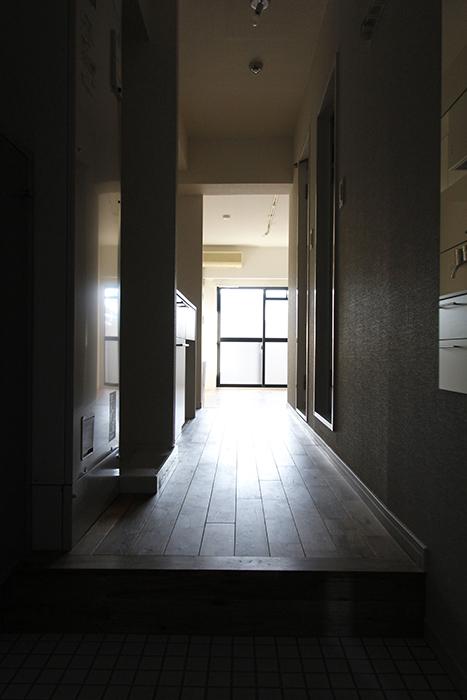 玄関を開けると、窓からの日差しと鼻先をくすぐるオーク材の香り_MG_8634