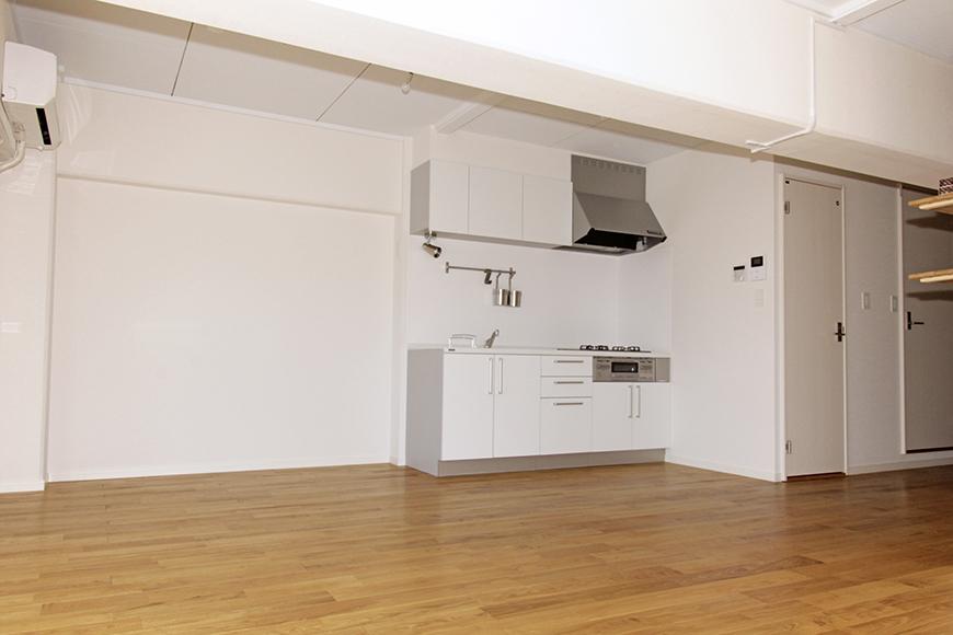 広々リビングの一角には白を基調としたキッチン_MG_8678