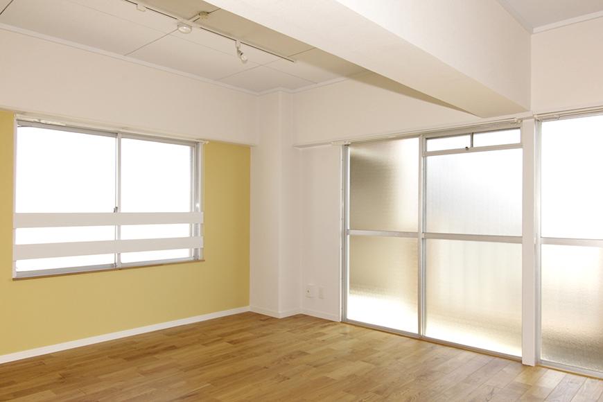 広々リビングは14帖!黄色の壁紙と角部屋の二面採光、ヤマグリのフローリング_MG_8682