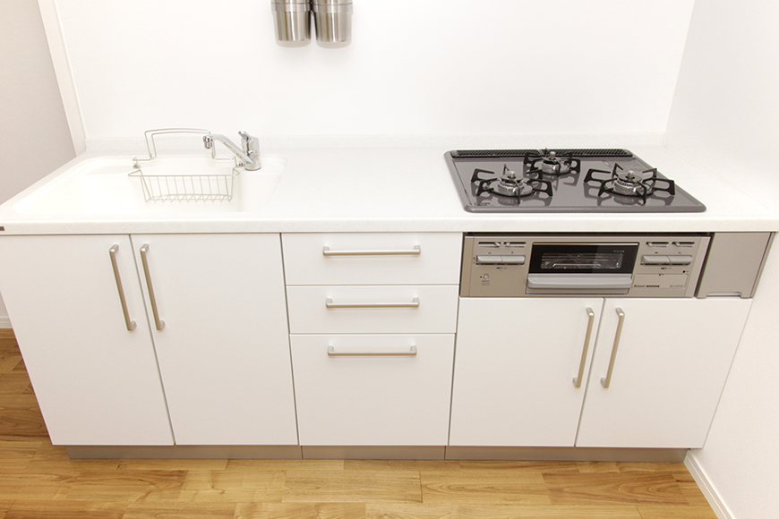 キッチンのシンク下の収納も充分な数と大きさ_MG_8715