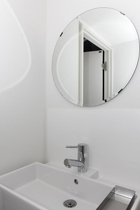 シンプル・コンパクトな洗面台。丸い鏡がポイント♪_MG_8874