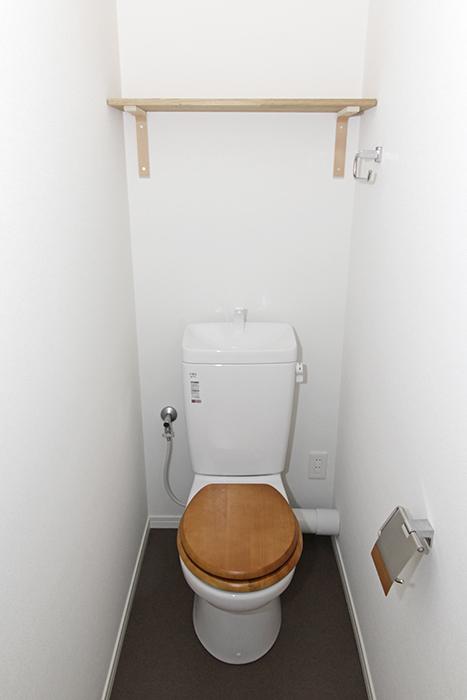 木目調の便座がポイントのトイレ_MG_8886s