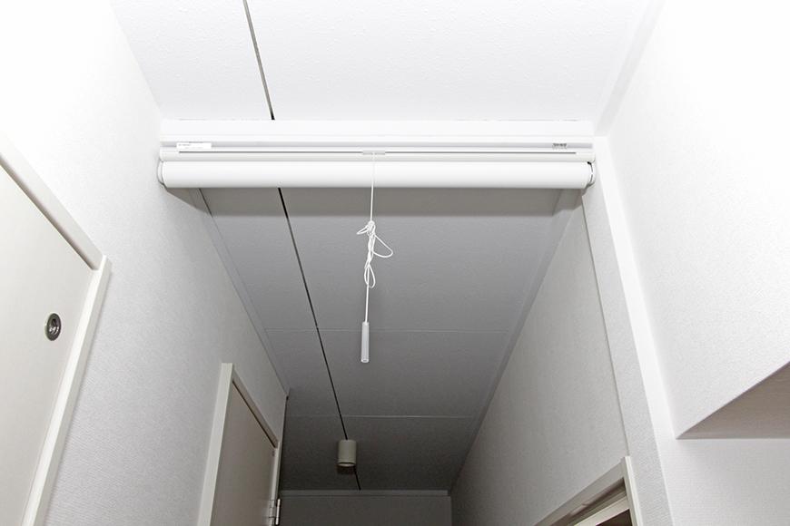 見上げると、リビングと廊下の間にあるロールカーテン_MG_8888s