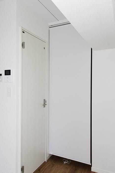 廊下部分とリビング部分の空間を分けるロール式のカーテンです_MG_8891