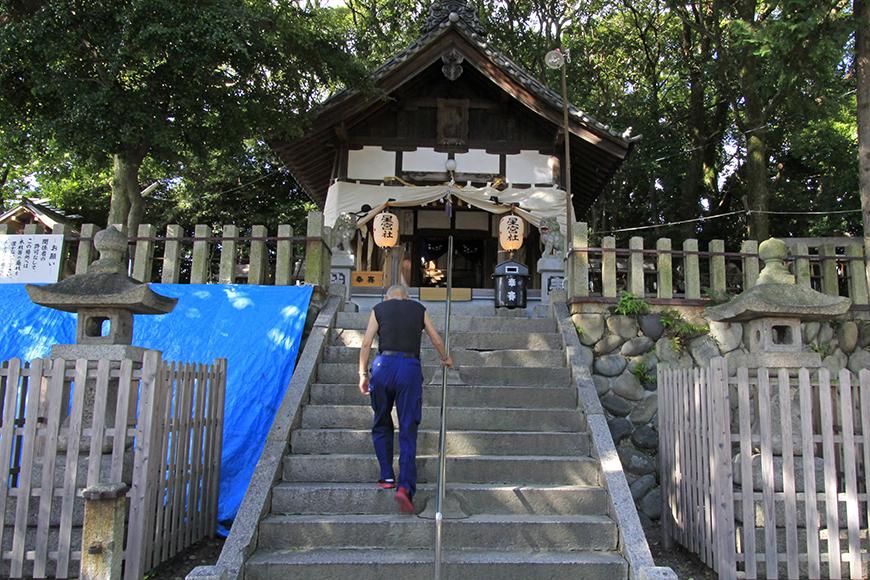 小高い場所に位置する星宮社への階段をのぼる参拝者_MG_9092