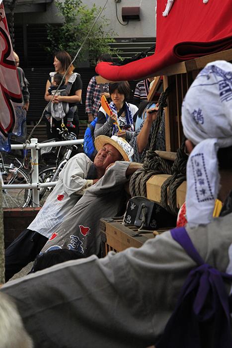 路肩の溝に足をとられて斜めになる山車を必死の形相で押し返す男衆!_MG_9345