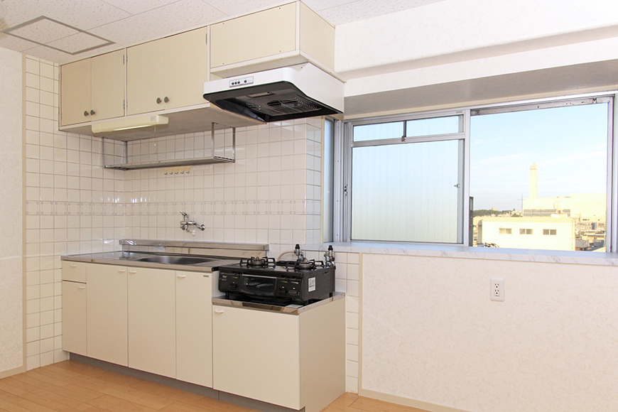 窓があるので明るいキッチンはコンロ完備です_MG_9899