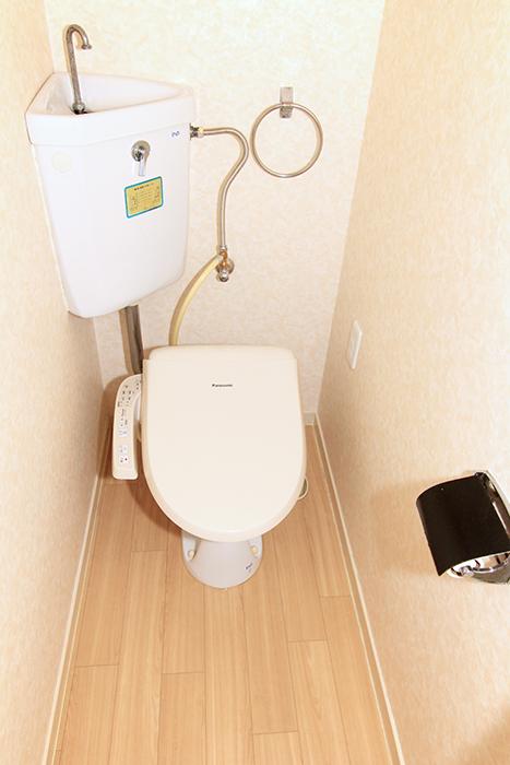 ウォシュレット完備のトイレは暖かみのある床もポイント☆_MG_9927s