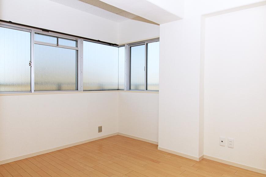 玄関近くの洋室(6帖)も窓がシッカリ!明るいお部屋☆_MG_9943