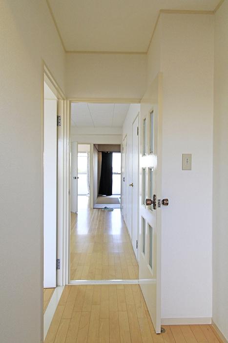 【ユニーブル笠寺】の取材スタート!玄関からリビングへと続く廊下_MG_9993s