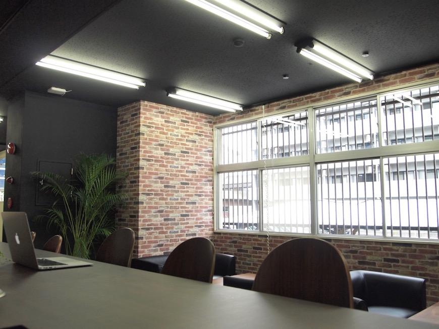 シェアオフィス入り口部分のカウンター席