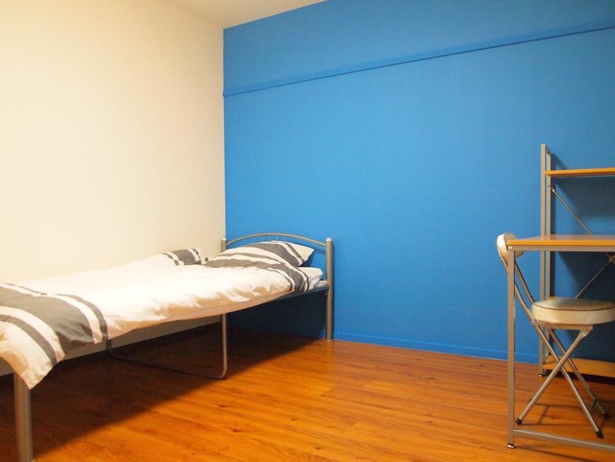 青や赤など部屋によってアクセントクロスが異なる個室