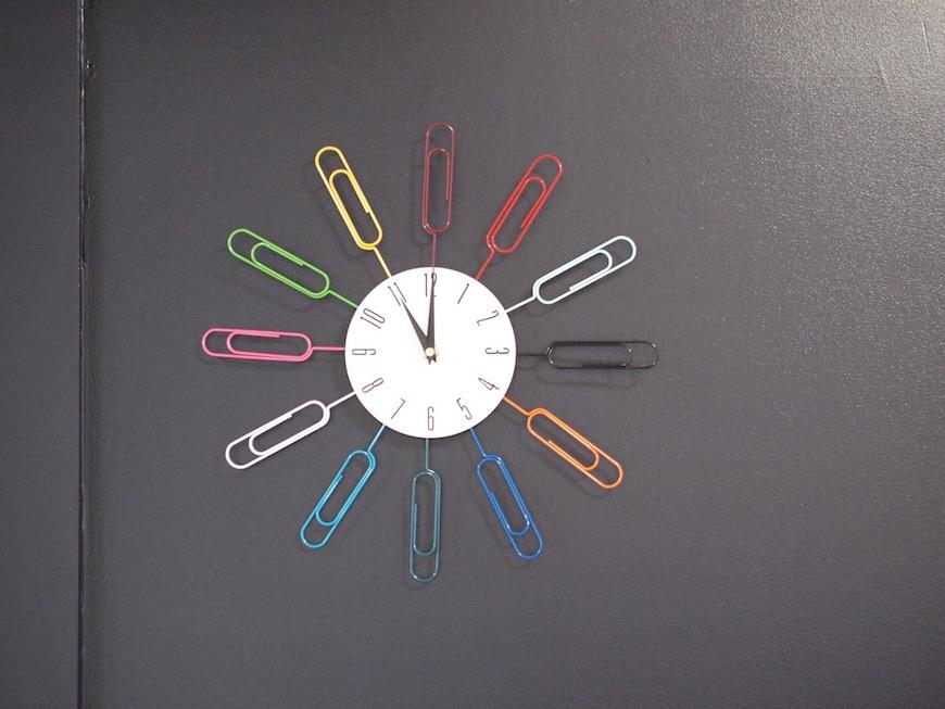 共有リビングのおしゃれな時計
