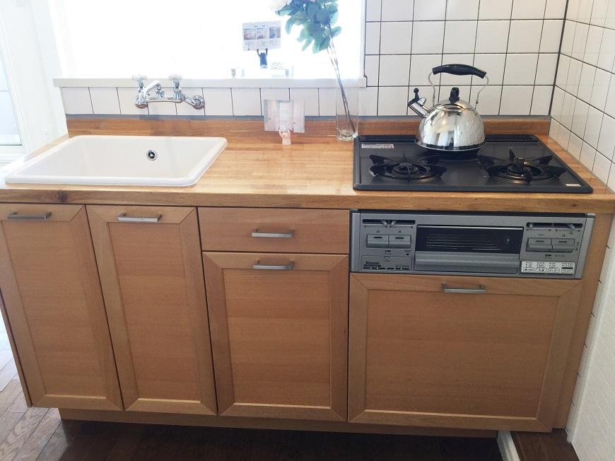 システムキッチンもウッドにホワイトのコントラストがやわらかい上に収納も充分