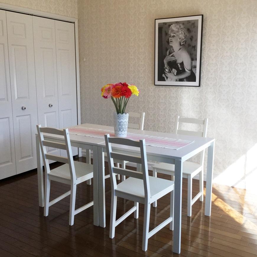 白いダイニングテーブルが映えるお部屋です。