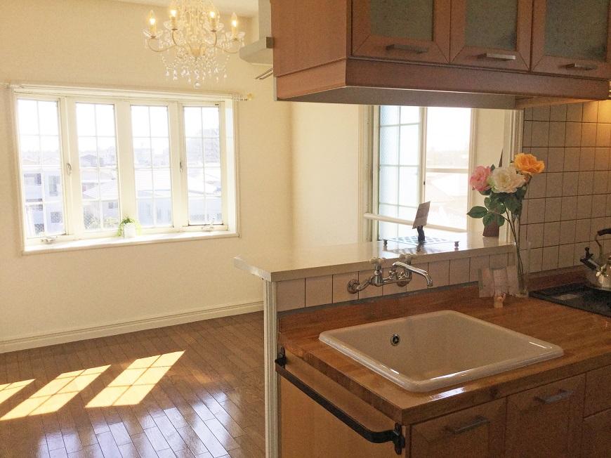リビングの大きな出窓の他にもキッチンの上下開閉小窓もついているので、部屋の空気がよどみません。