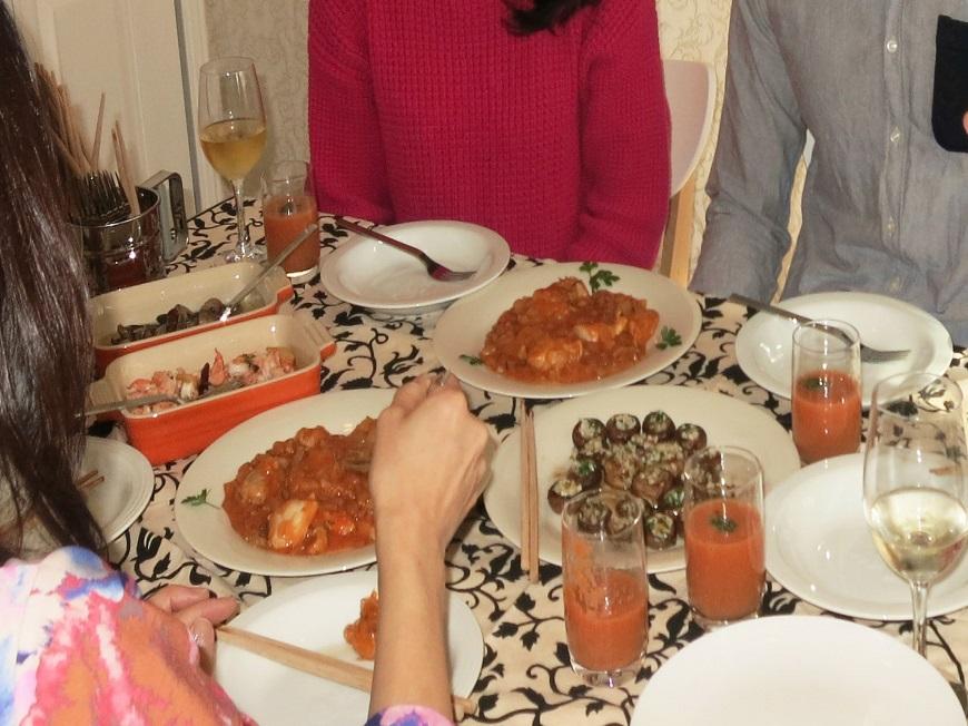 テーブルには美味しそうな料理が並びます