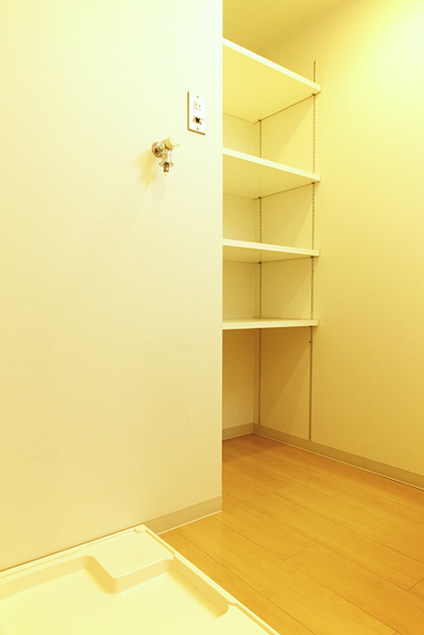 棚も完備の室内洗濯機置き場です_MG_8854