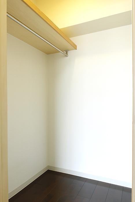 洋室(5帖)にもウォーキングクローゼットがあります!_MG_8860
