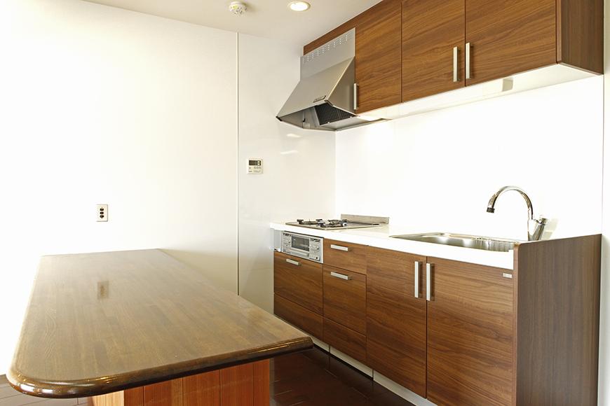落ち着いて温かみのある木目調のキッチン_MG_8935