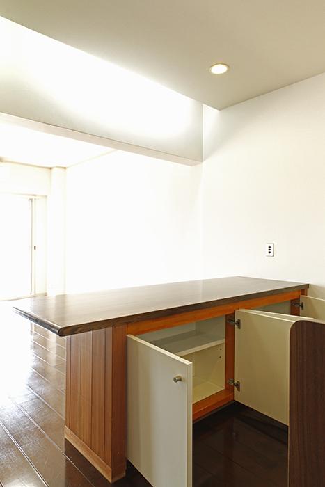テーブル兼キッチンカウンターの足もと収納をオープン_MG_8944