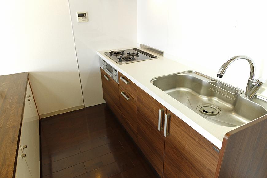 キッチンカウンターまでのスペースも充分のキッチン周り_MG_8954